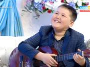 13 жасар Айбек Мұратұлы гитараның құлағында ойнайды