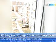 Астанада бір бүлдіршін көпқабатты үйдің терезесінен құлап кете жаздады