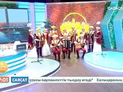 Астанада төрінде «Тоқырауын толқындары» ансамблі өнер көрсетуде